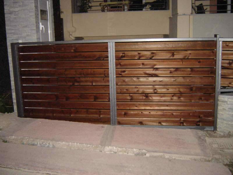 Τάβλα εμποτισμένη σε πόρτα γκαράζ