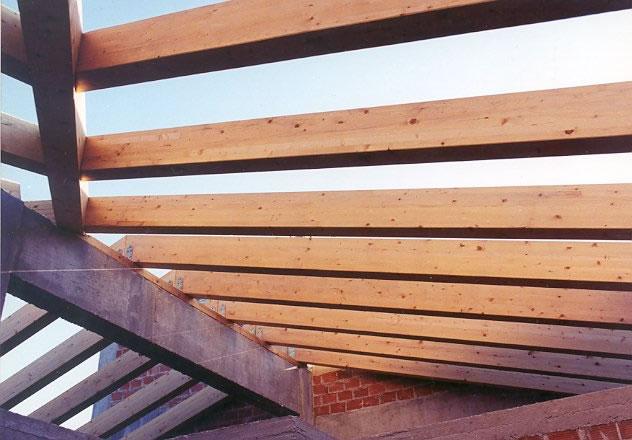 Δοκάρια σύνθετης ξυλείας σε κατασκευή στέγης