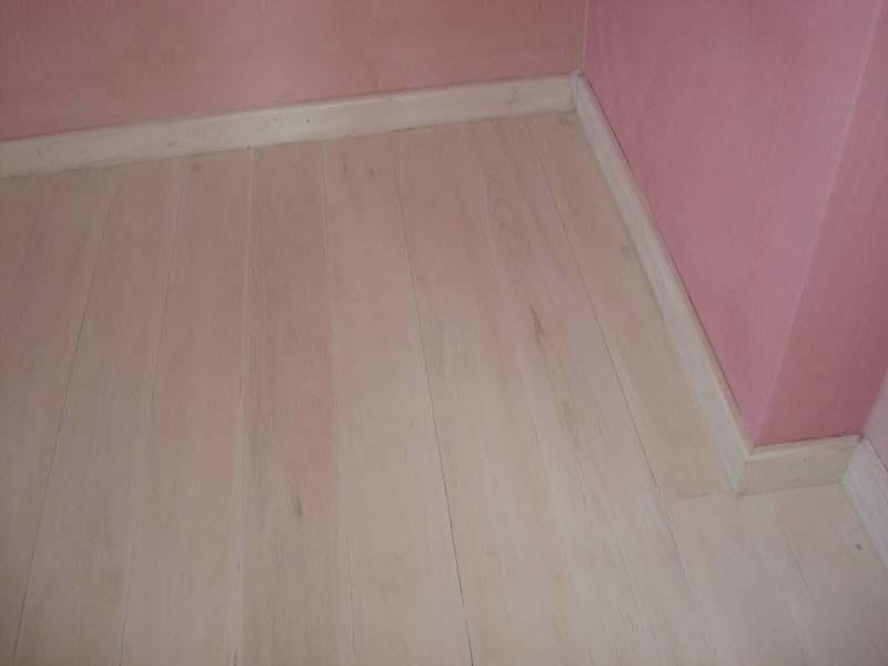 Πάτωμα Πεύκο βαμμένο λευκό, με εμφανή τα νερά του ξύλου